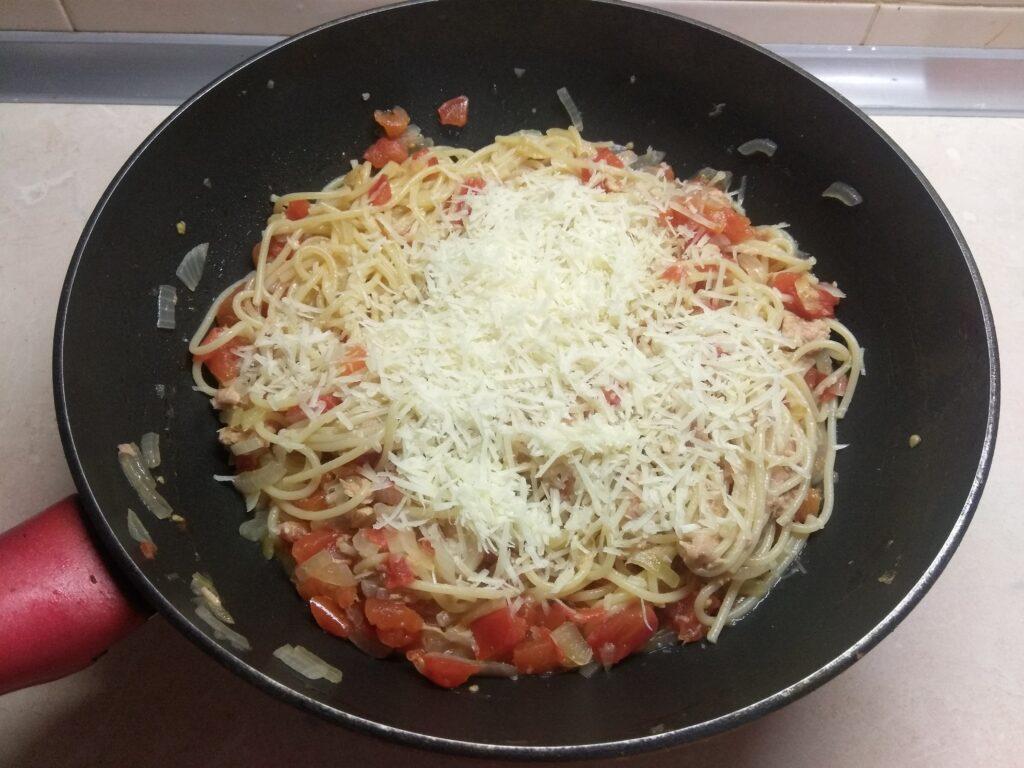 Фото рецепта - Спагетти с тунцом, луком и помидорами - шаг 5