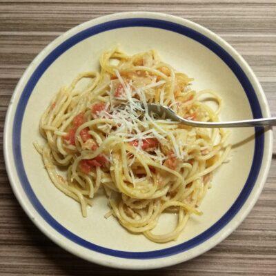 Спагетти с тунцом, луком и помидорами - рецепт с фото