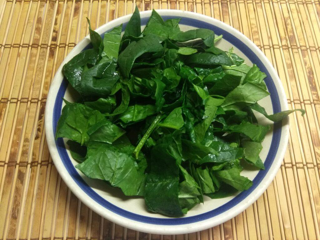 Фото рецепта - Салат со шпинатом, мортаделлой, помидорами и пармезаном - шаг 1