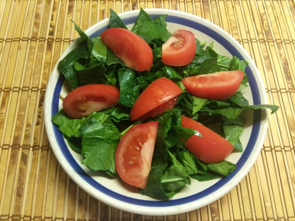 Фото рецепта - Салат со шпинатом, мортаделлой, помидорами и пармезаном - шаг 2