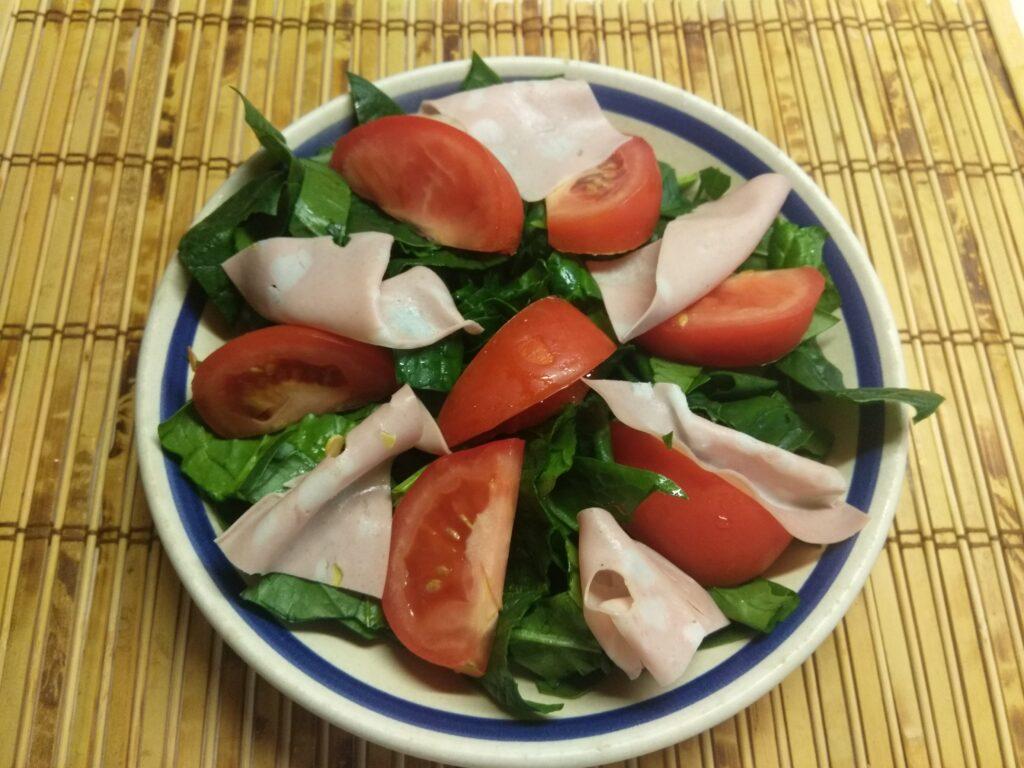 Фото рецепта - Салат со шпинатом, мортаделлой, помидорами и пармезаном - шаг 3