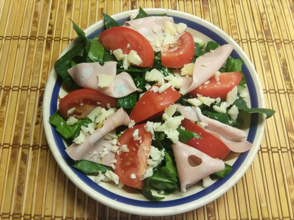 Фото рецепта - Салат со шпинатом, мортаделлой, помидорами и пармезаном - шаг 4