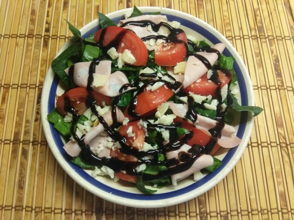 Фото рецепта - Салат со шпинатом, мортаделлой, помидорами и пармезаном - шаг 5
