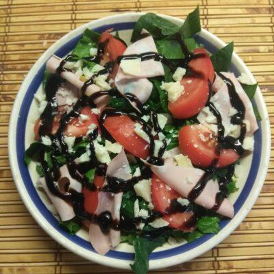 Салат со шпинатом, мортаделлой, помидорами и пармезаном - рецепт с фото