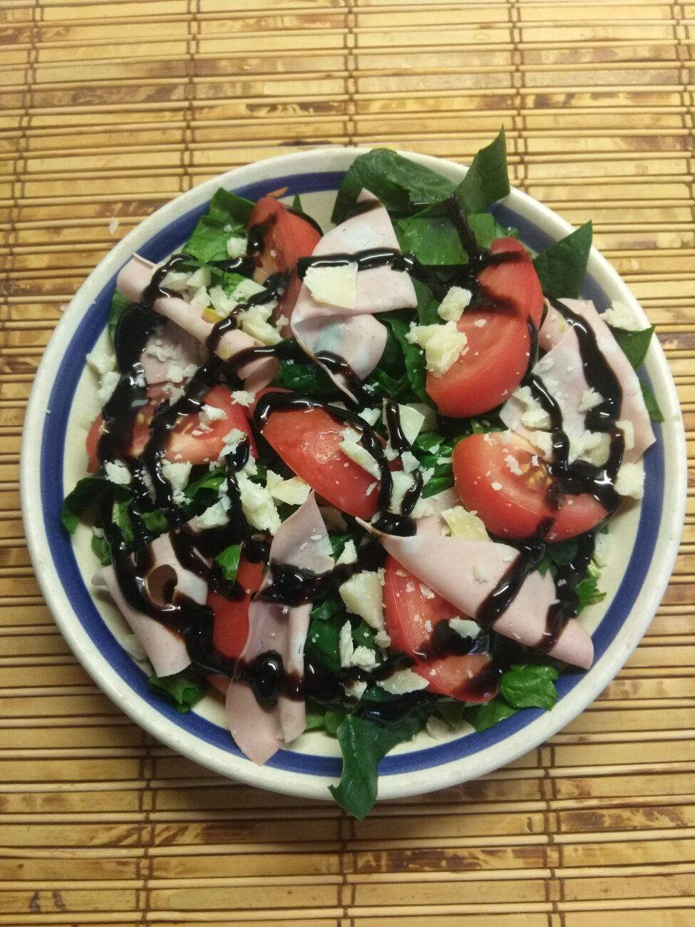 Салат со шпинатом, мортаделлой, помидорами и пармезаном
