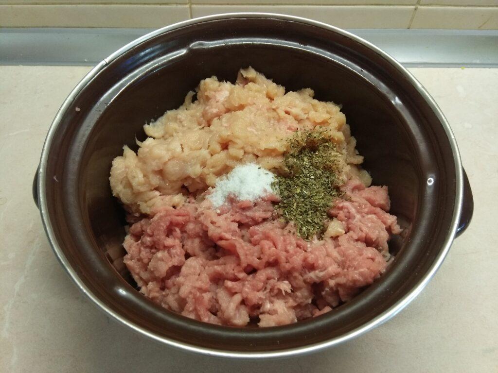 Фото рецепта - Тефтели из курицы и свинины с сыром - шаг 2