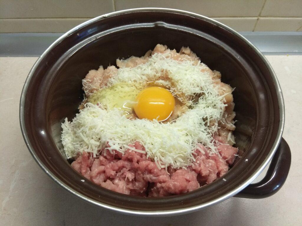 Фото рецепта - Тефтели из курицы и свинины с сыром - шаг 4