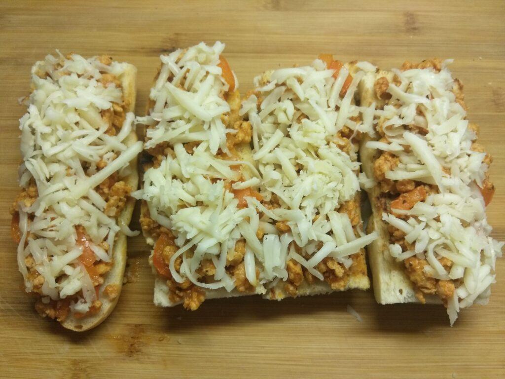 Фото рецепта - Горячие бутерброды со свиным фаршем - шаг 6