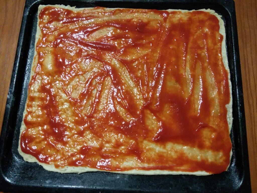Фото рецепта - Пицца с помидорами, колбасой и шампиньонами - шаг 1