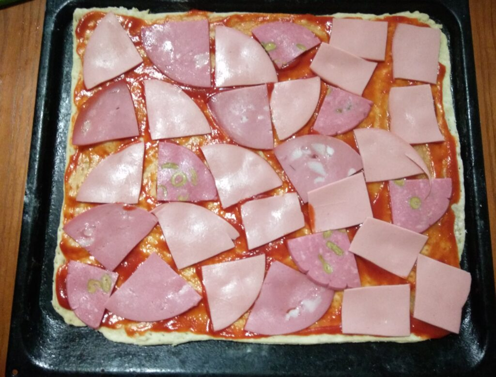 Фото рецепта - Пицца с помидорами, колбасой и шампиньонами - шаг 2
