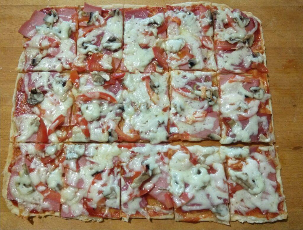Фото рецепта - Пицца с помидорами, колбасой и шампиньонами - шаг 6