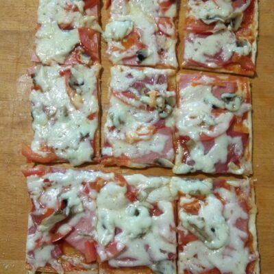 Пицца с помидорами, колбасой и шампиньонами - рецепт с фото