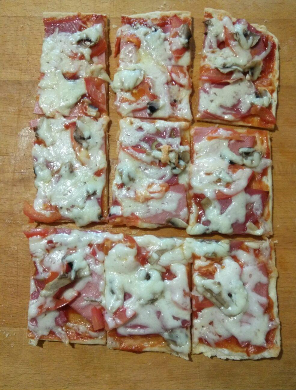 Пицца с помидорами, колбасой и шампиньонами