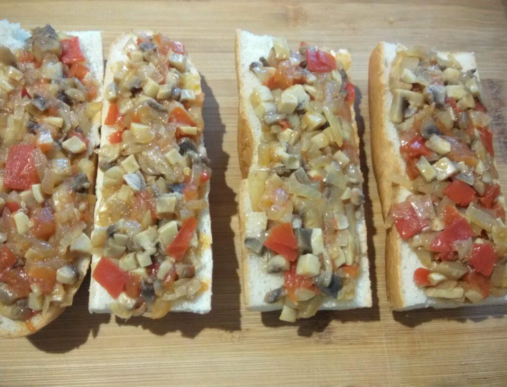 Фото рецепта - Горячие бутерброды с помидорами, болгарским перцем и шампиньонами - шаг 5