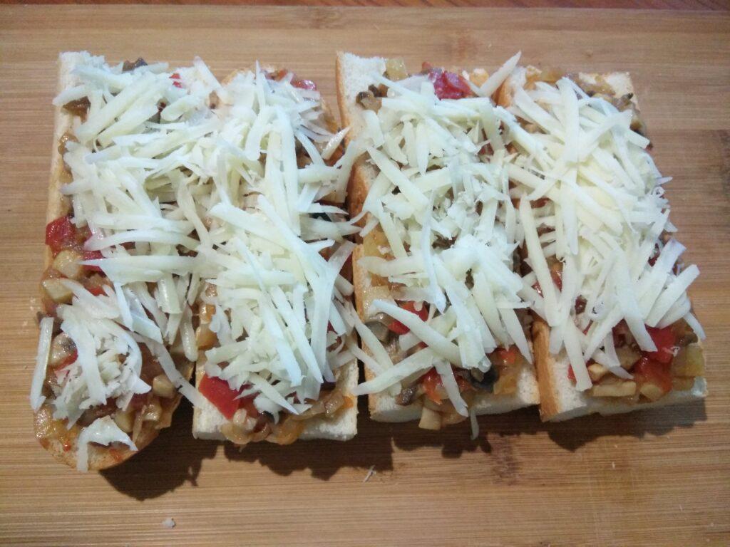 Фото рецепта - Горячие бутерброды с помидорами, болгарским перцем и шампиньонами - шаг 6