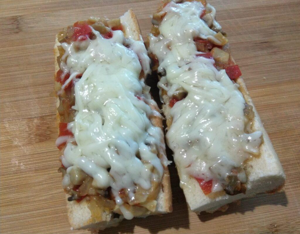 Фото рецепта - Горячие бутерброды с помидорами, болгарским перцем и шампиньонами - шаг 7