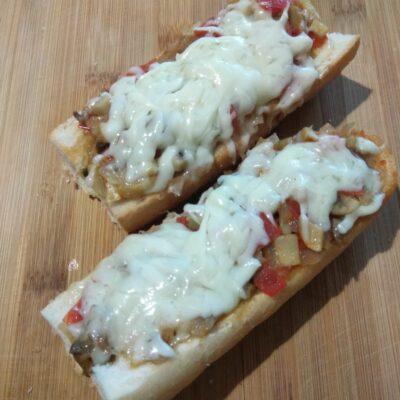 Горячие бутерброды с помидорами, болгарским перцем и шампиньонами - рецепт с фото