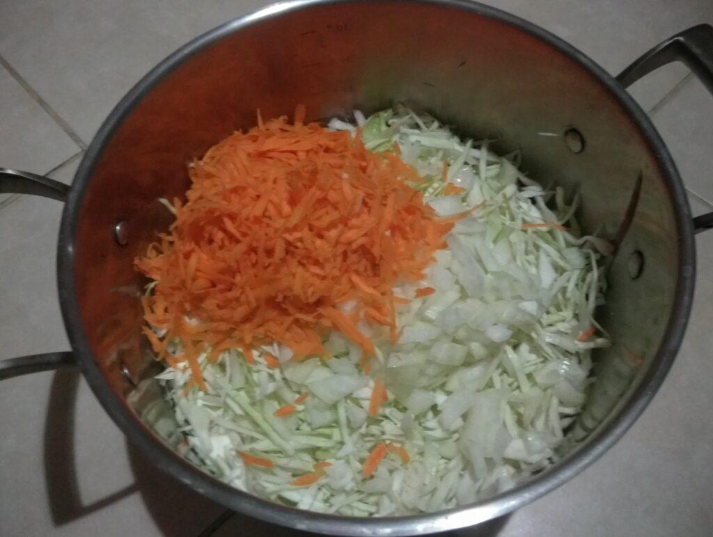 Фото рецепта - Капуста, тушенная со сливами в духовке - шаг 4