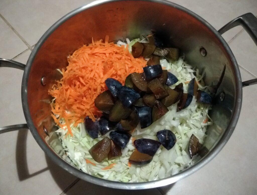 Фото рецепта - Капуста, тушенная со сливами в духовке - шаг 5