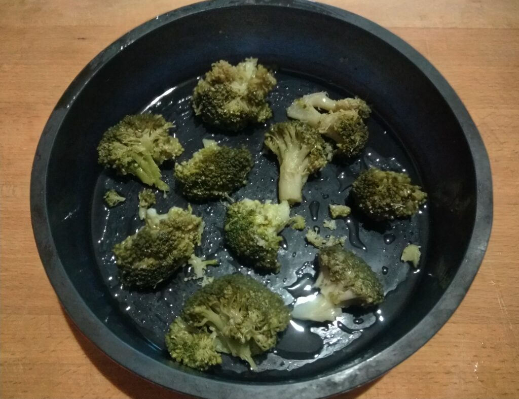 Фото рецепта - Яичная запеканка с картофелем, брокколи и перцем - шаг 1