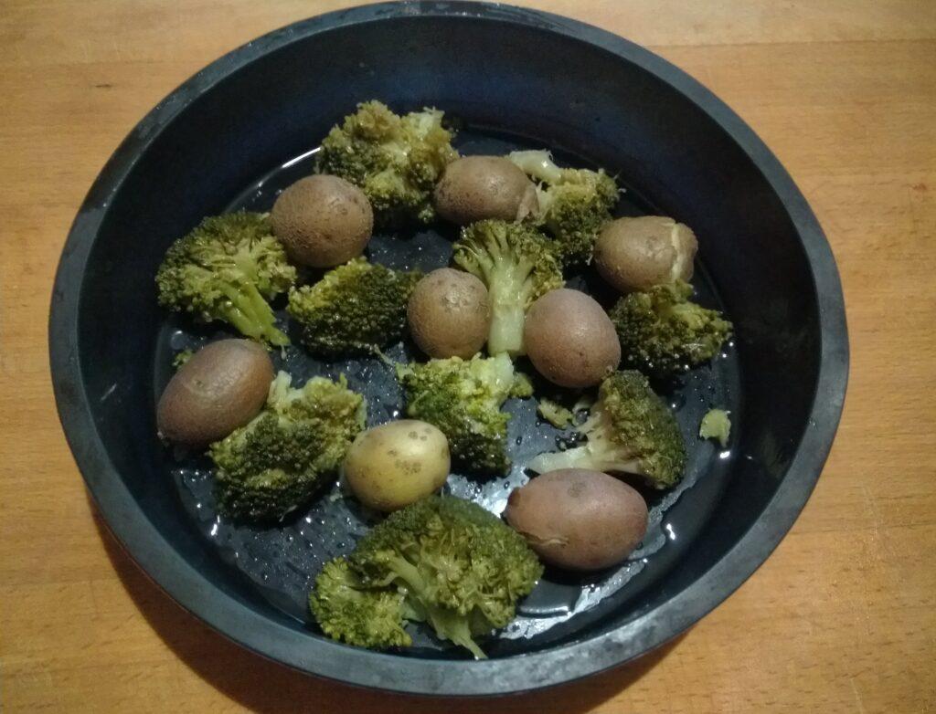 Фото рецепта - Яичная запеканка с картофелем, брокколи и перцем - шаг 2