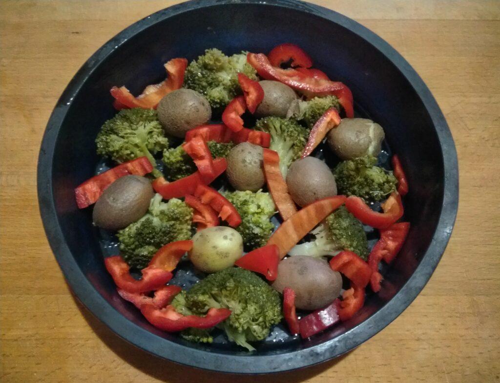 Фото рецепта - Яичная запеканка с картофелем, брокколи и перцем - шаг 3