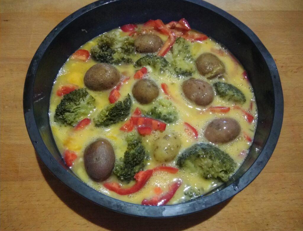 Фото рецепта - Яичная запеканка с картофелем, брокколи и перцем - шаг 4