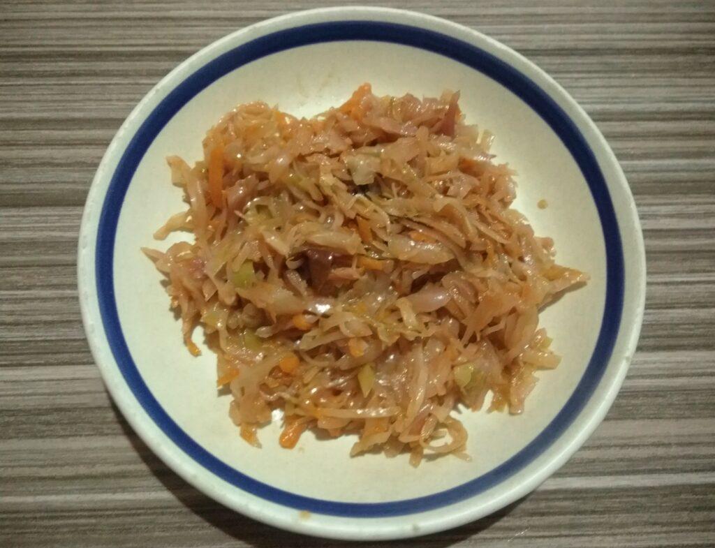 Фото рецепта - Капуста, тушенная со сливами в духовке - шаг 6