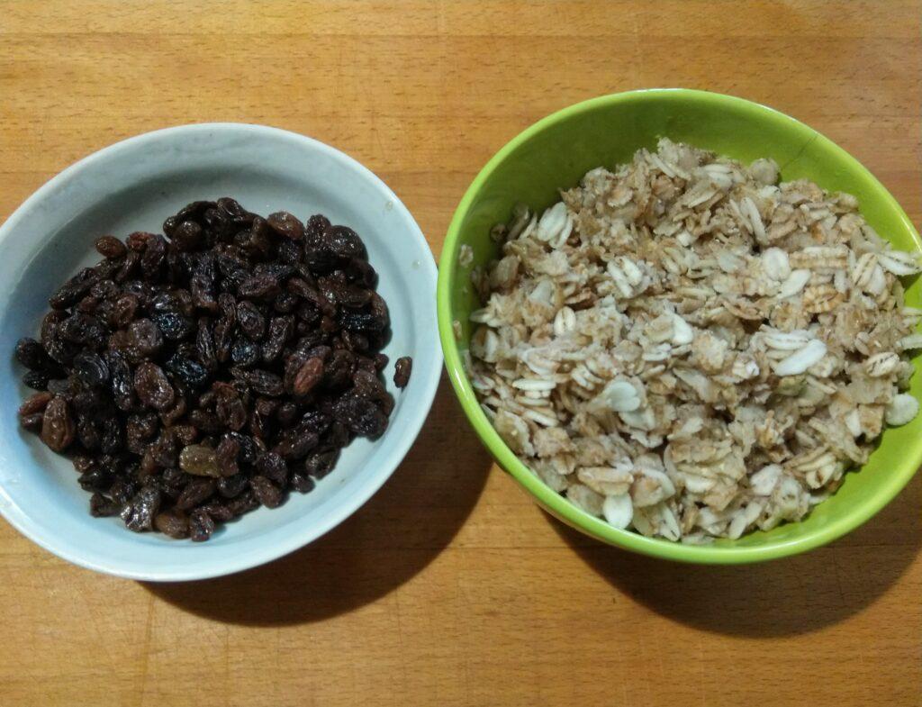 Фото рецепта - Оладьи из овсянки с изюмом - шаг 1