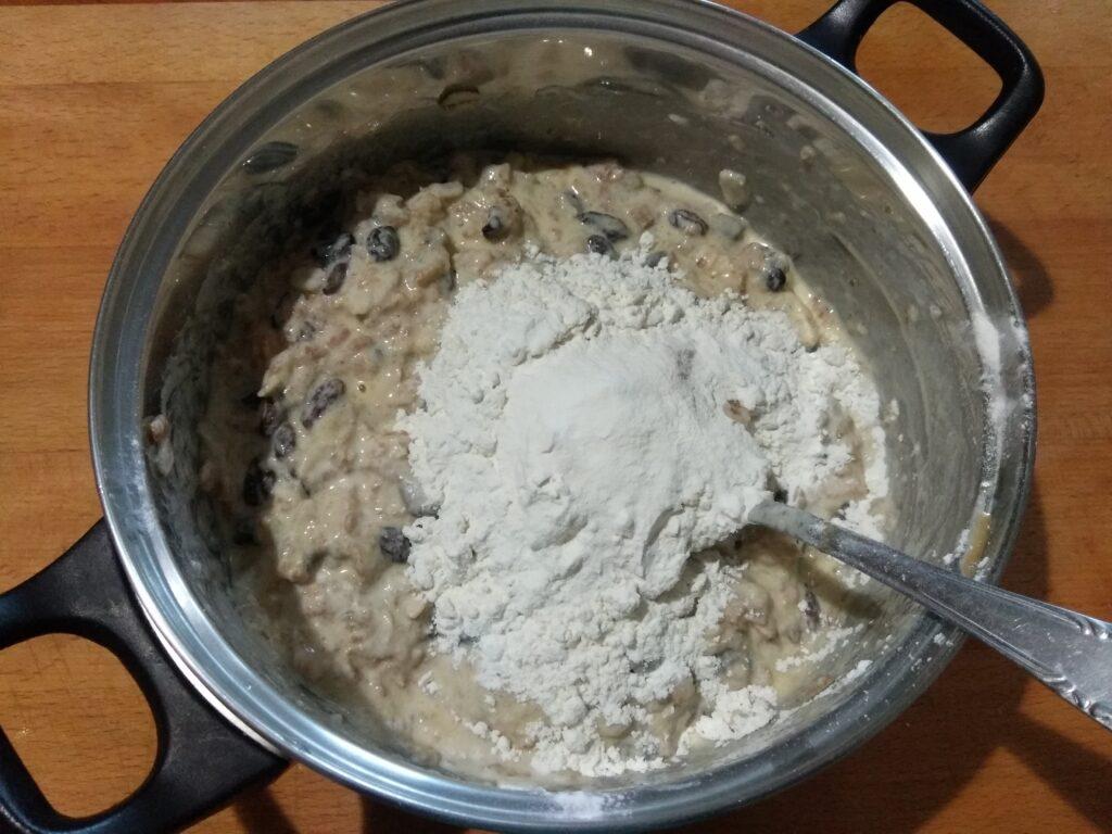 Фото рецепта - Оладьи из овсянки с изюмом - шаг 6