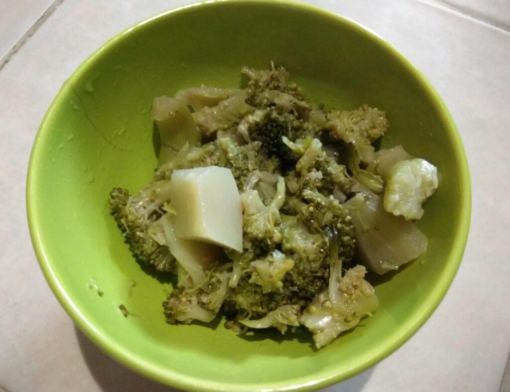 Фото рецепта - Фунчоза с брокколи, луком и пармезаном - шаг 2