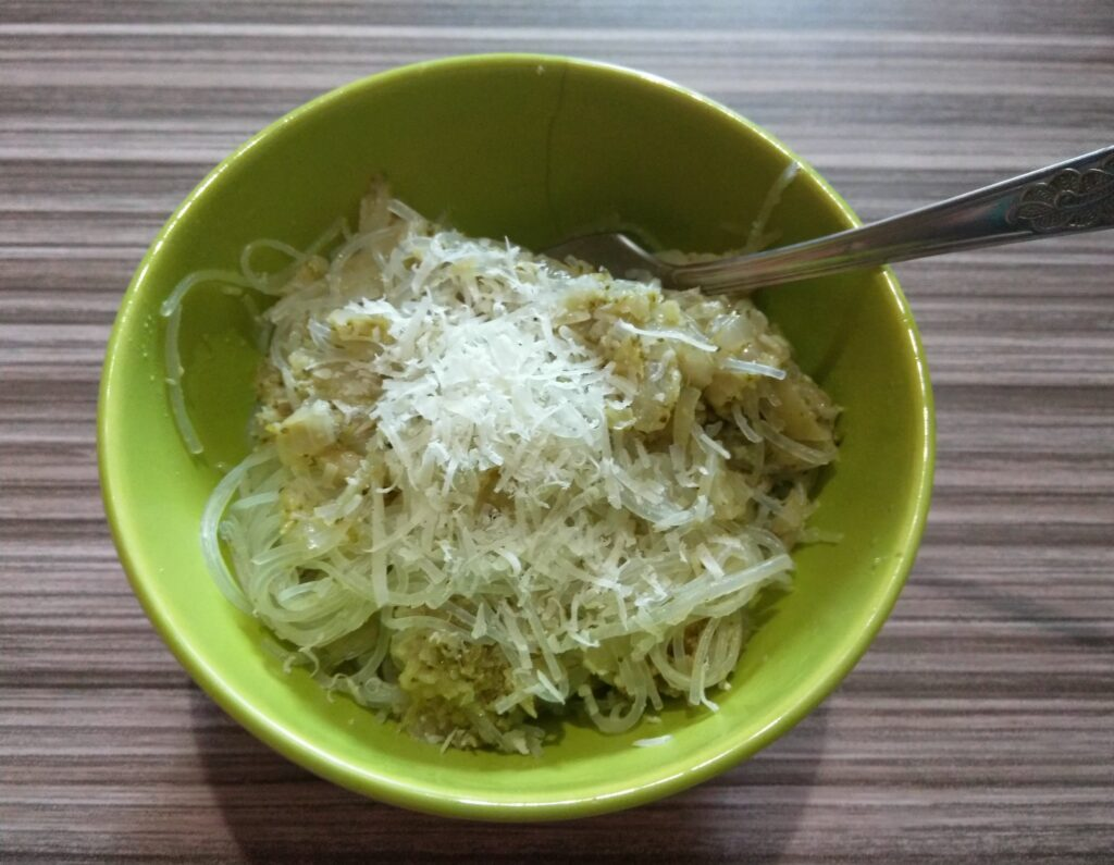 Фото рецепта - Фунчоза с брокколи, луком и пармезаном - шаг 6