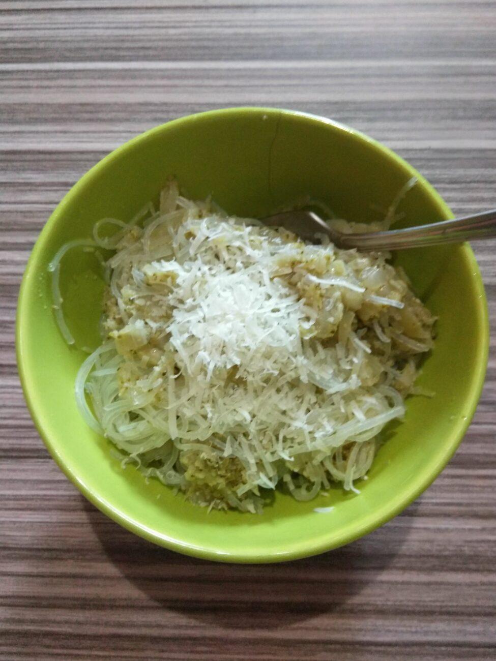 Фунчоза с брокколи, луком и пармезаном