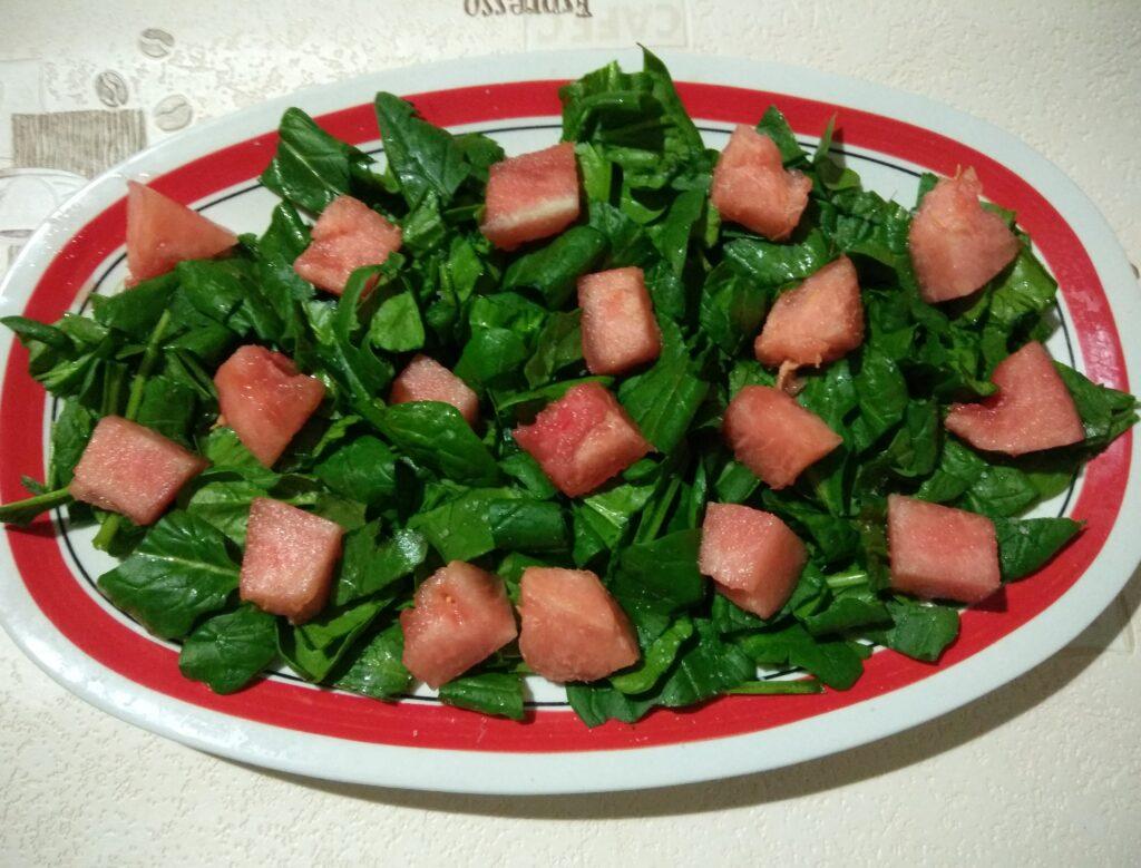 Фото рецепта - Салат со шпинатом, хамоном, сыром Пекорино и арбузом - шаг 2
