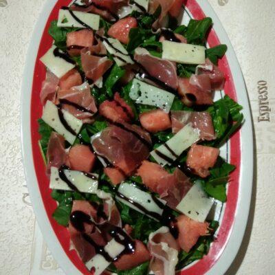 Салат со шпинатом, хамоном, сыром Пекорино и арбузом - рецепт с фото