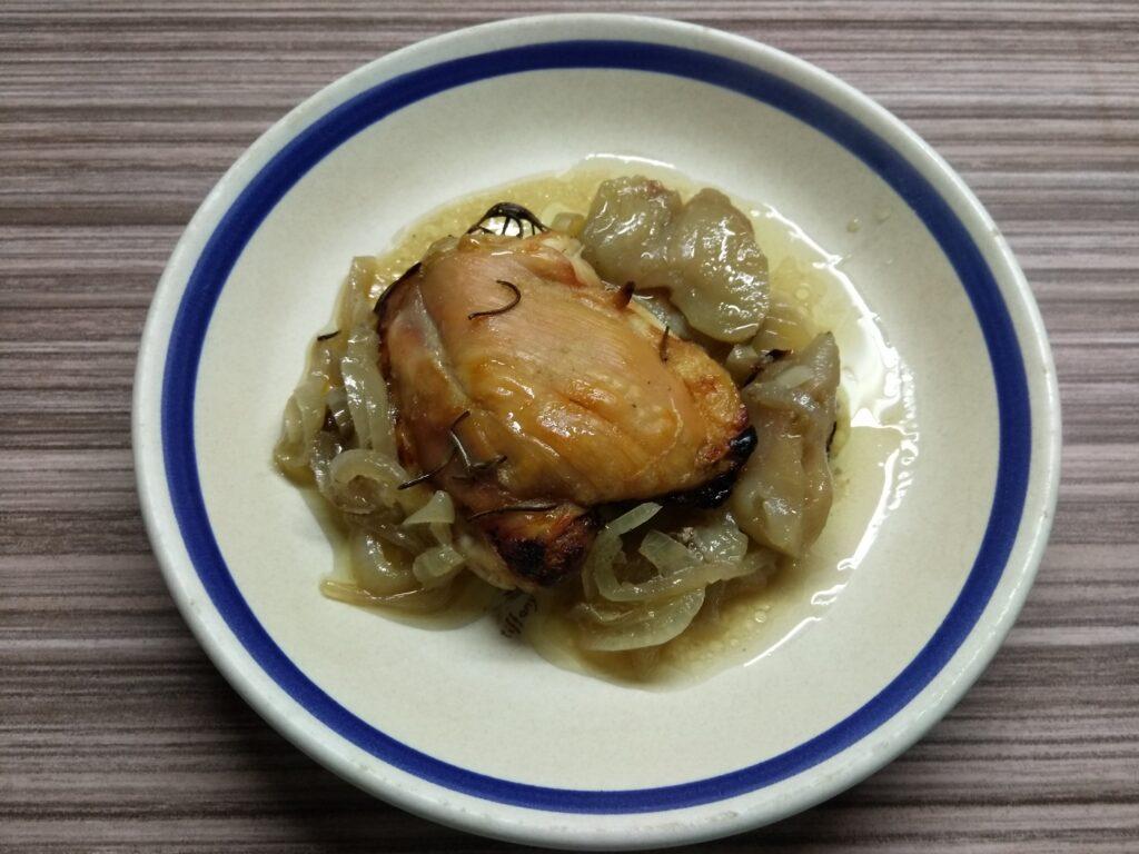 Фото рецепта - Куриные бедра с яблоками и розмарином - шаг 5