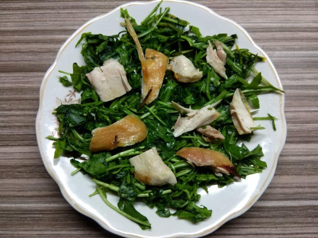 Фото рецепта - Салат с рукколой, курицей, грушей и голубым сыром - шаг 2