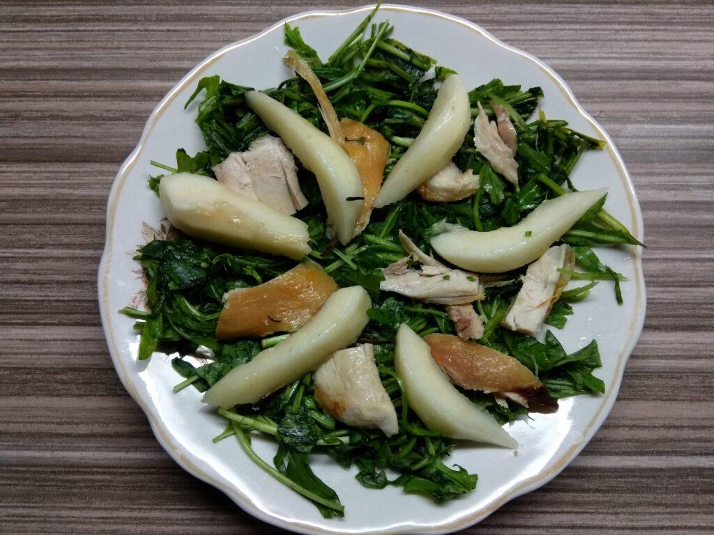 Фото рецепта - Салат с рукколой, курицей, грушей и голубым сыром - шаг 3