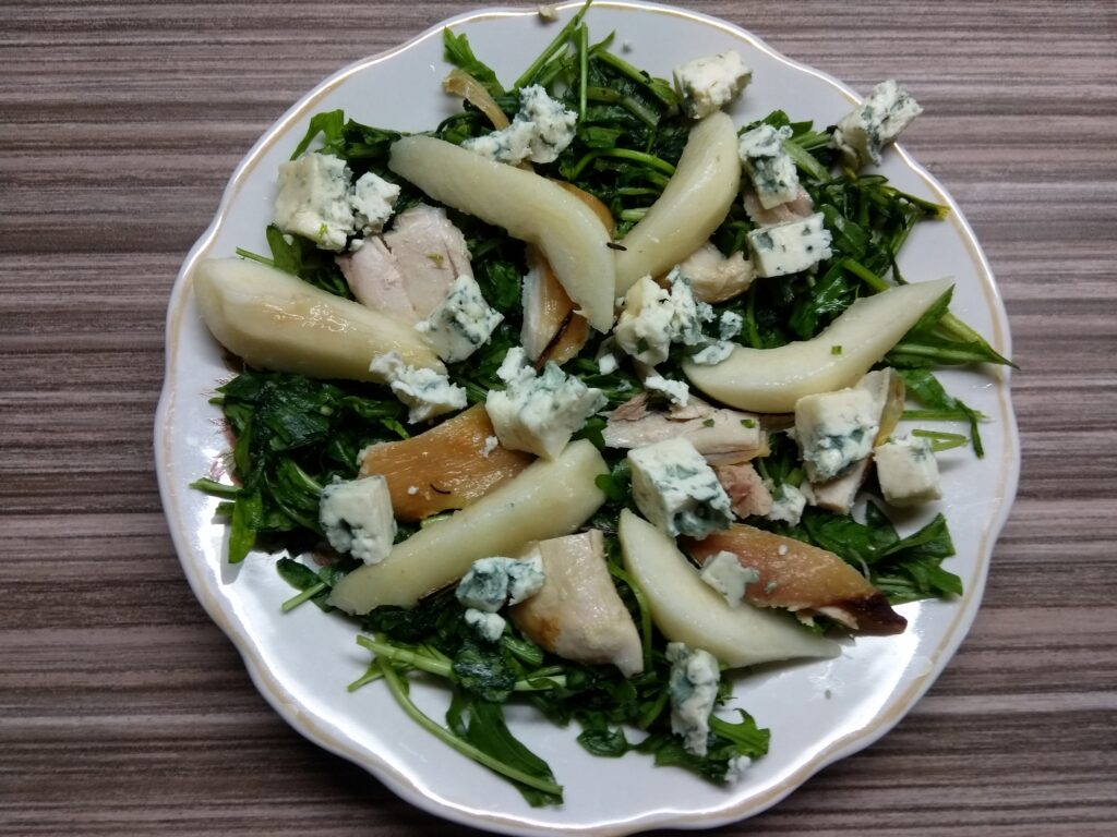 Фото рецепта - Салат с рукколой, курицей, грушей и голубым сыром - шаг 4