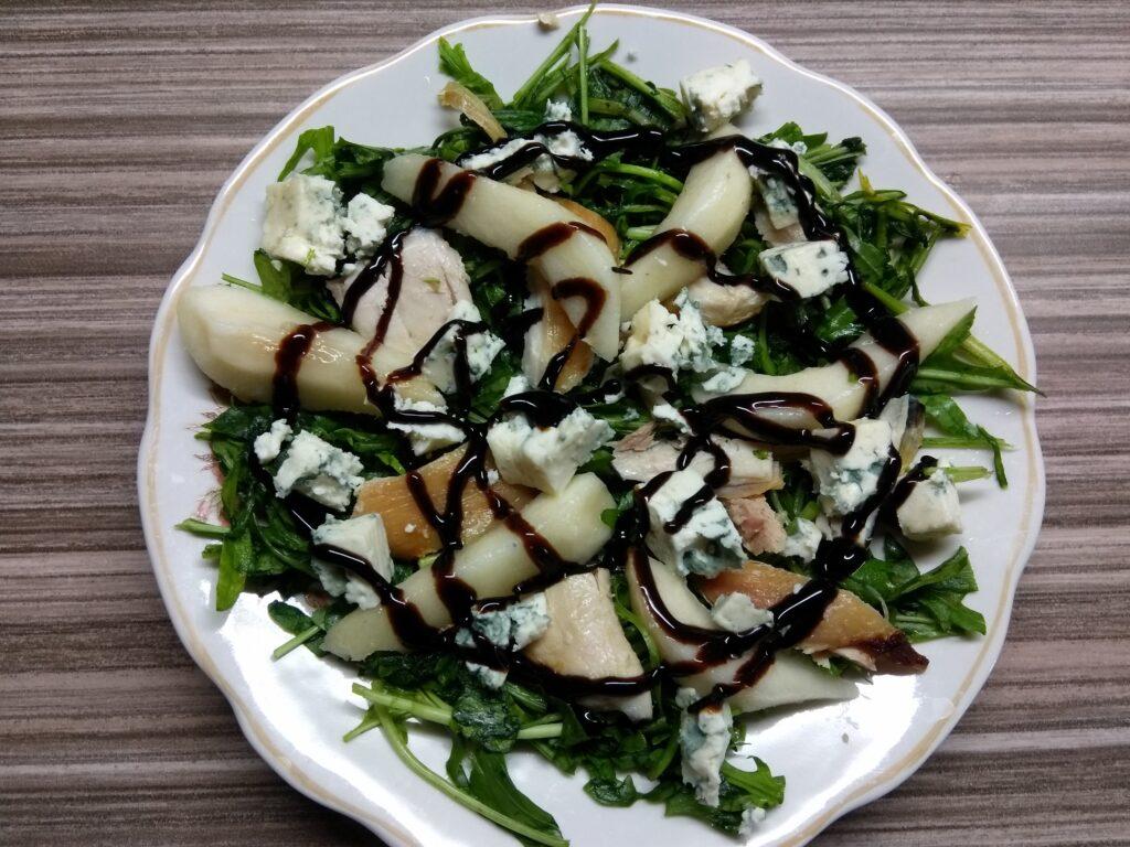 Фото рецепта - Салат с рукколой, курицей, грушей и голубым сыром - шаг 5