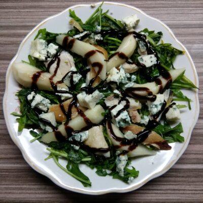 Салат с рукколой, курицей, грушей и голубым сыром - рецепт с фото