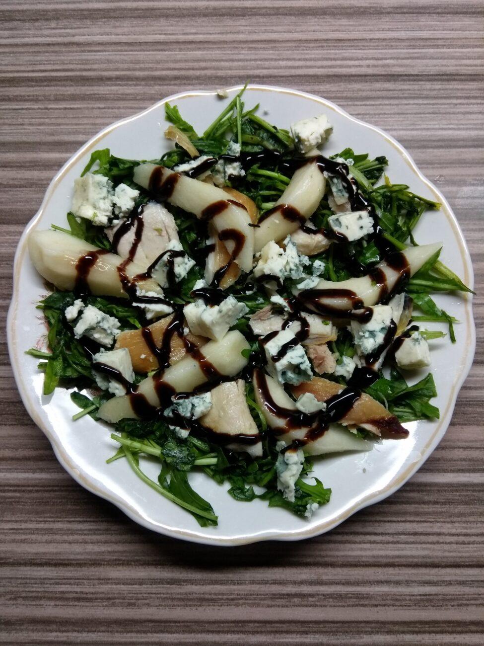 Салат с рукколой, курицей, грушей и голубым сыром