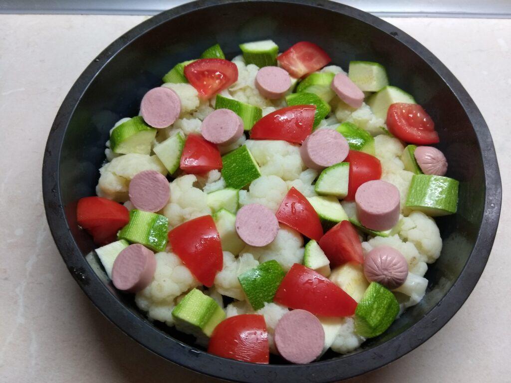 Фото рецепта - Яичная запеканка с цветной капустой, кабачками, помидорами и сосисками - шаг 4