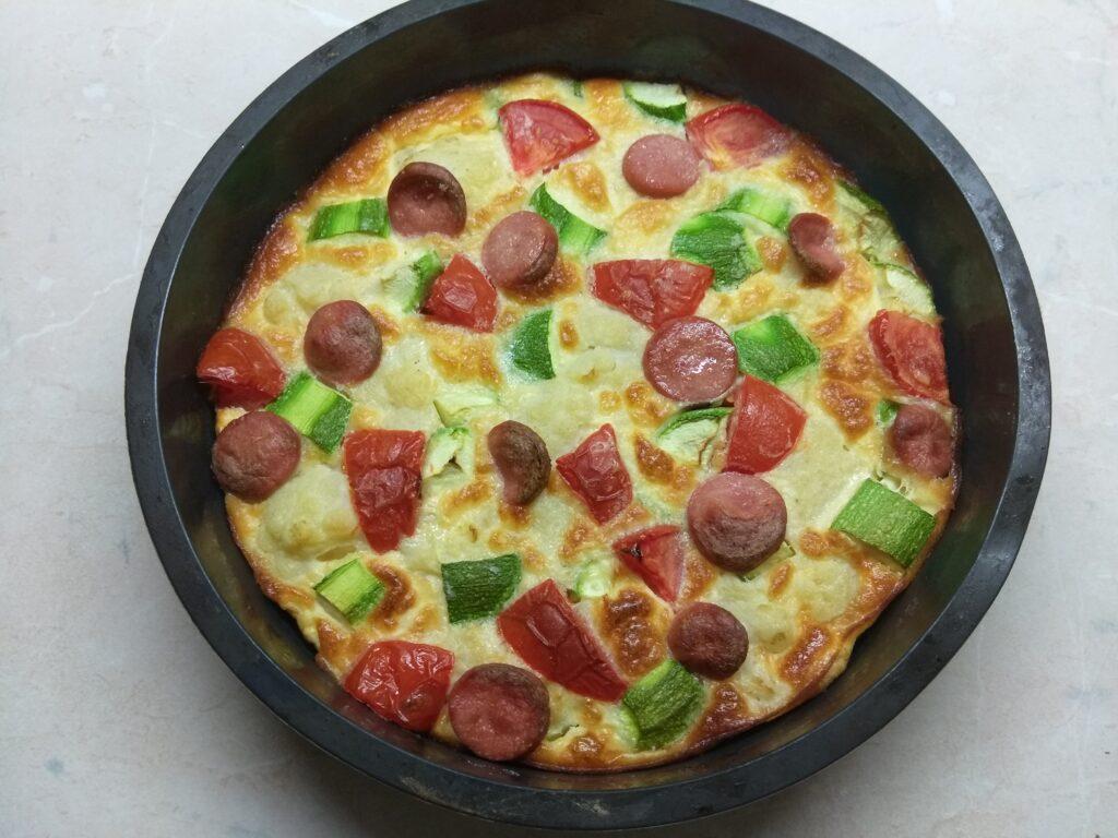 Фото рецепта - Яичная запеканка с цветной капустой, кабачками, помидорами и сосисками - шаг 6