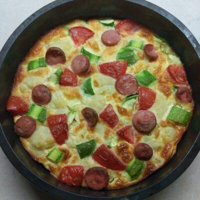 Яичная запеканка с цветной капустой, кабачками, помидорами и сосисками - рецепт с фото