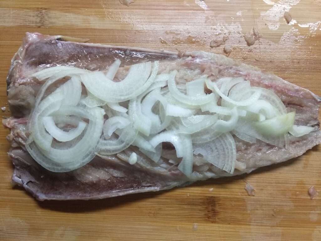 Фото рецепта - Скумбрия, запеченная с яблоками, луком и розмарином - шаг 2