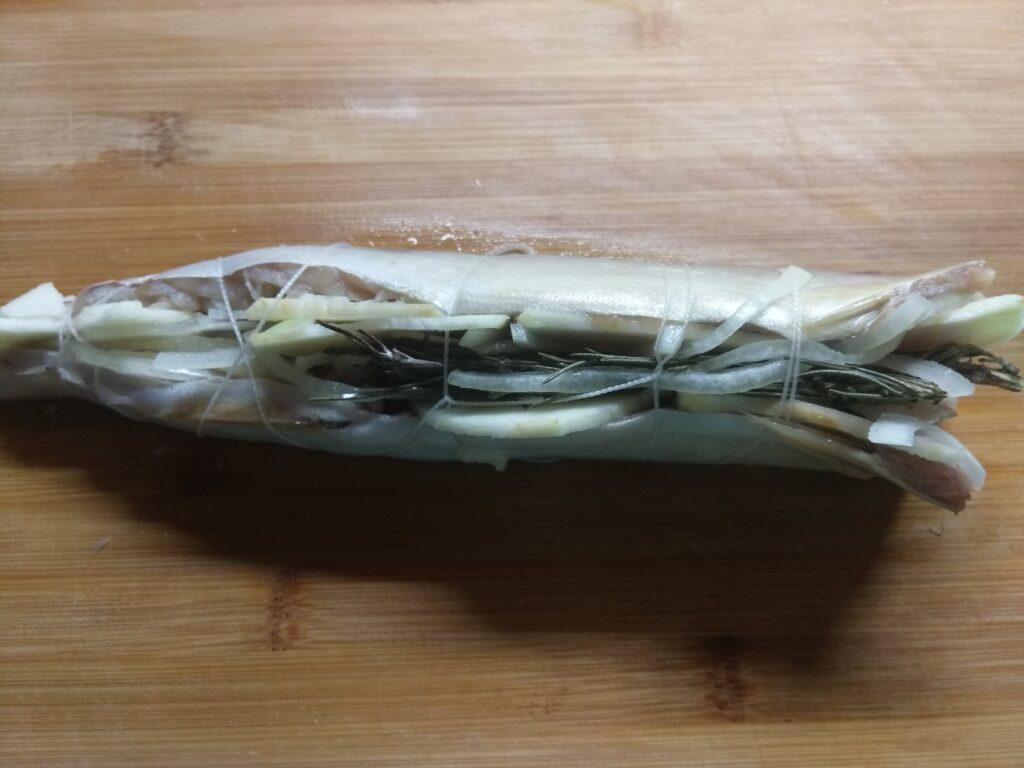 Фото рецепта - Скумбрия, запеченная с яблоками, луком и розмарином - шаг 5