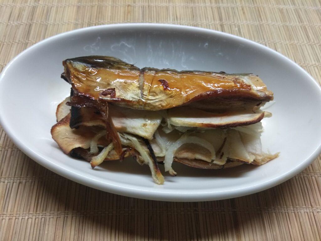 Фото рецепта - Скумбрия, запеченная с яблоками, луком и розмарином - шаг 6