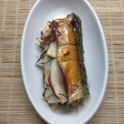 Скумбрия, запеченная с яблоками, луком и розмарином - рецепт с фото