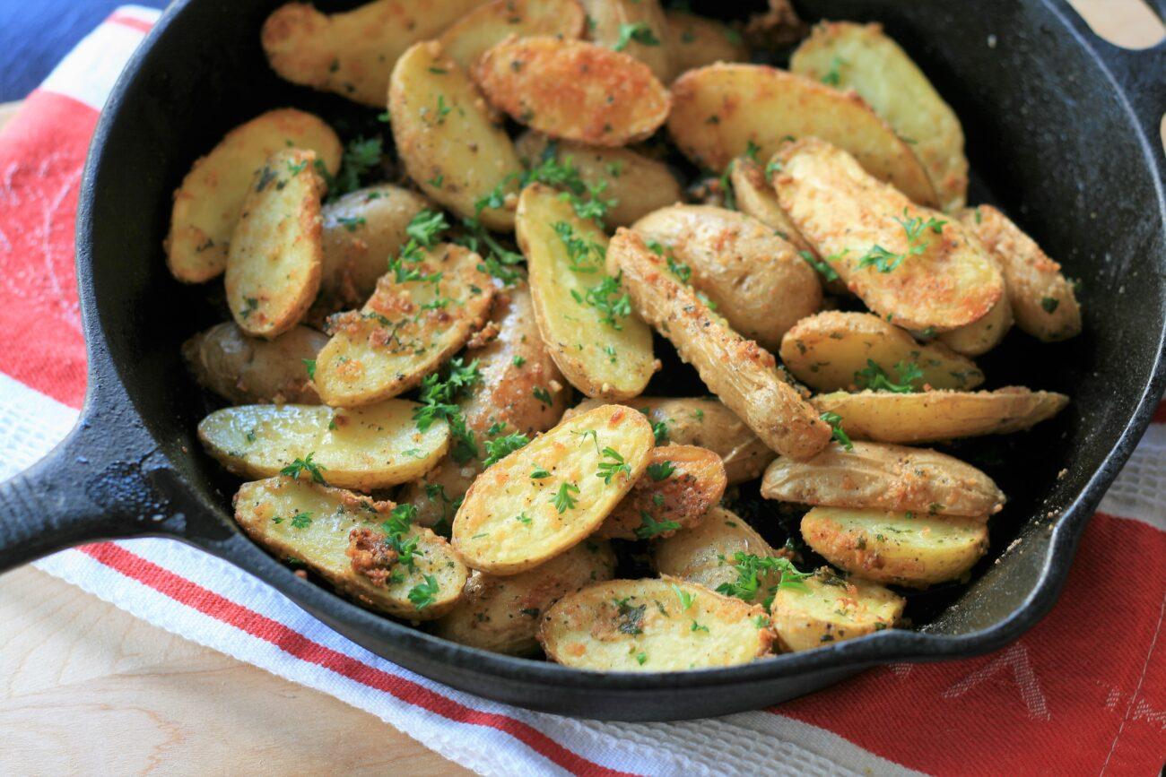 Запеченный картофель с чесноком и пармезаном